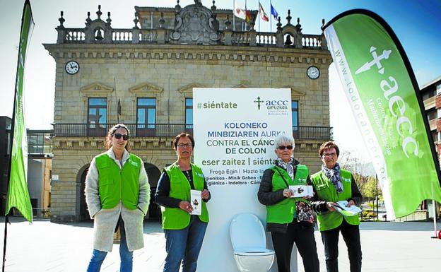 Voluntarias de la comarca participaron ayer en la campaña. / DE LA HERA