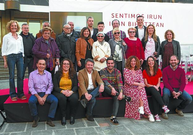 'Sentimos Irun'. Santano presentó al equipo con el que concurrirá en mayo a las elecciones. / F. DE LA HERA