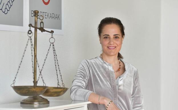 Silvia Garrués, experta en mediación, en su despacho./IÑIGO ROYO