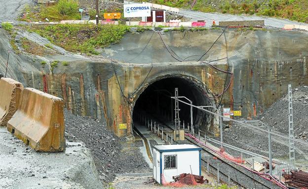 Situación actual de la entrada al túnel de Gaintxurizketa, aún con el cartel de Coprosa, donde hace un año se paralizaron las obras para ampliar el gálibo./LUSA
