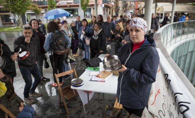 Mari Jose Porrino, junto a los componentes de Stop Desahucios Bidasoa, ayer por la tarde. / DE LA HERA