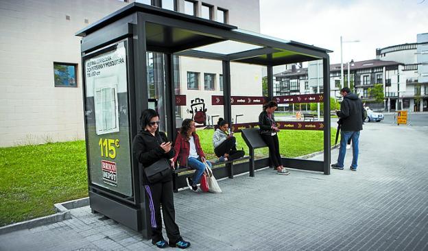 Nuevo modelo de marquesina en la parada del ambulatorio. /  DE LA HERA