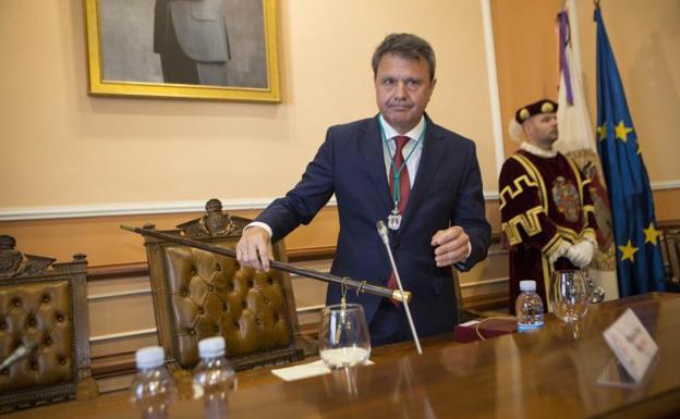 Santano ha sido proclamado de nuevo alcalde de Irun/De la Hera