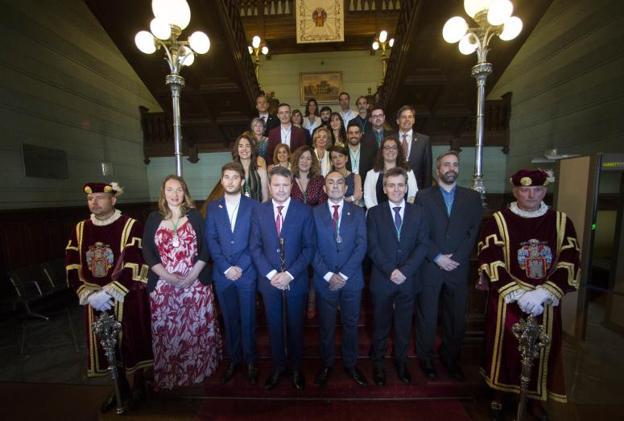 Los veinticinco miembros de la nueva Corporación posan en la escalinata del Ayuntamiento al término de la sesión./F. DE LA HERA