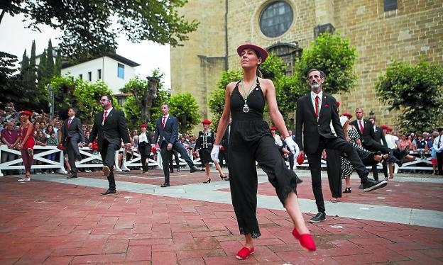 Los concejales de la Corporación bailan el aurresku en una abarrotada plazoleta del Juncal./F. DE LA HERA