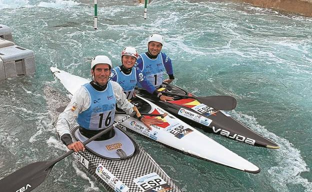 Ander Elosegi, Klara Olazabal y Joan Crespo, en el canal olímpico de Londres./