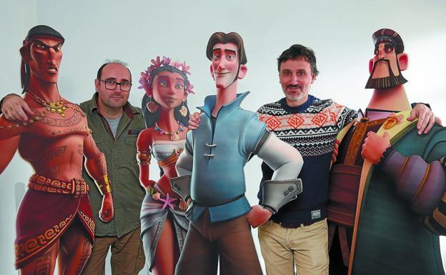 El director, Ángel Alonso, y el productor ejecutivo, Ricardo Ramón, entre los personajes de la película 'Elkano, lehen mundu bira'. / LUSA