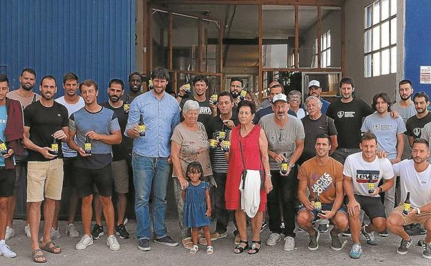 Familia. La plantilla del primer equipo del Club Deportivo Bidasoa, la familia Arana y miembros del Bidassoa Basque Brevery, con la cerveza Arana. / FOTOS: FLOREN PORTU