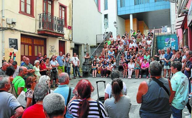Las escaleras de la calle Peña actuaron como gradas improvisadas en una de las paradas del paseo guiado por Mertxe Tranche. / FLOREN PORTU