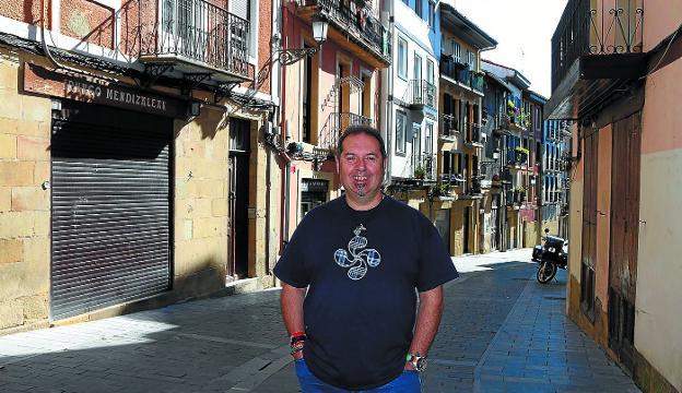 Rafa González Merino, junto a la casa donde ha vivido más de 20 años, en la calle Larretxipi./FLOREN PORTU