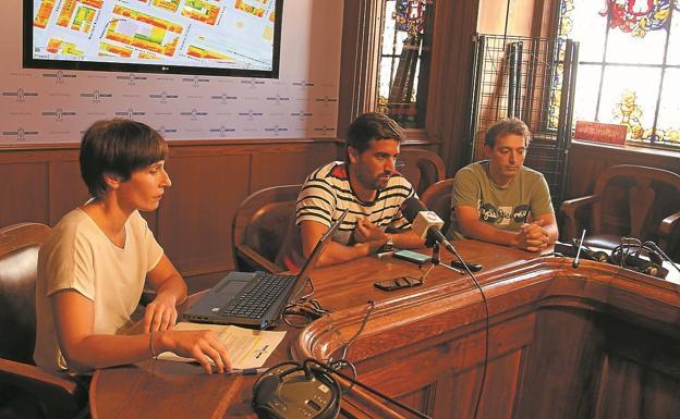 Maider Basurto, Borja Olazabal y Jonathan Gragirena presentaron la aplicación. /