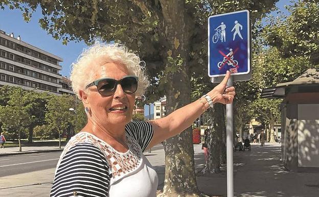 Lucía Garbayo, representante del Bidasoa en el Consejo de Mayores de Gipuzkoa, muestra la señal de prohibición. / F. DE LA HERA
