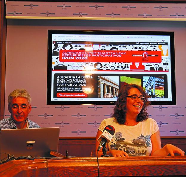 Javier Arranz y Mónica Martínez explicaron los detalles del proceso de presupuestos paticipativos que comienza hoy. /F. DE LA HERA