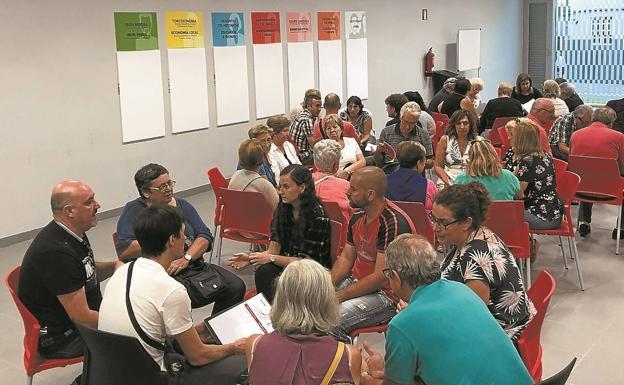 Los asistentes a la reunión celebrada este lunes en Palmera Montero debaten sus propuestas./