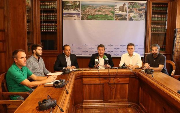 Oposición unánime a Zaldunborda. Iñigo Manrique (PP), David Soto (Elkarrekin Irun), Miguel Ángel Páez (Socialistas de Irun), José Antonio Santano (alcalde), Xabier Iridoy (EAJ-PNV) y Jokin Melida (EH Bildu)./F. PORTU