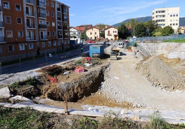 Alarde. El Ayuntamiento cedió ayer su propiedad en el ámbito para que Irunvi desarrolle 42 VPO de alquiler y 44 viviendas libres. /  F. PORTU