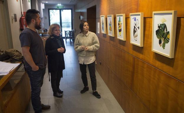 Murua, González y Gaztelumendi observan las obras de esta última./F. DE LA HERA