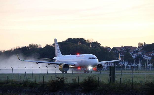 Un nuevo modelo A-320 neo, de la compañía Vueling en el aeropuerto de Hondarribia./FLOREN PORTU