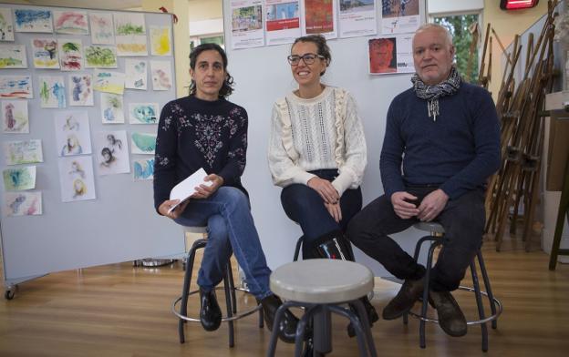 Rakel Salinas, Juncal Eizaguirre y Xabier Arribas presentaron el programa ayer en la Academia./F. DE LA HERA