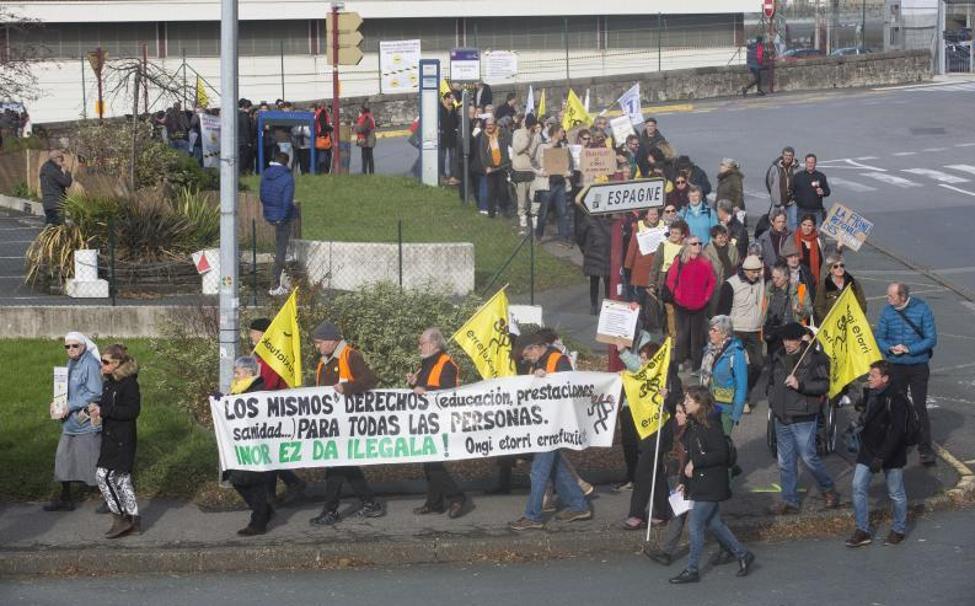 Manifestación ayer a mediodía en Hendaia. La concentración se realizó de forma simultánea en otros cinco municipios fronterizos en Francia./De la Hera