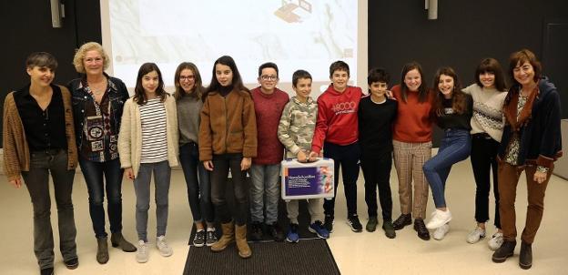 Premiados. La Consejera y un grupo de alumnos de La Salle  de ESO ganadores, con el premio. /