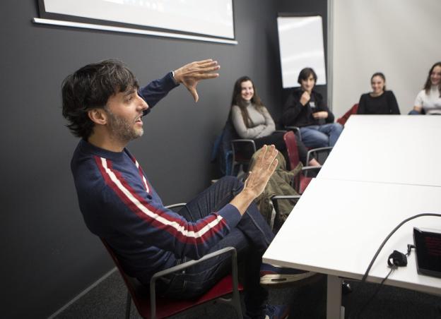 Diego San José se dirige a los alumnos durante la master class que impartió en el CBA./F. DE LA HERA