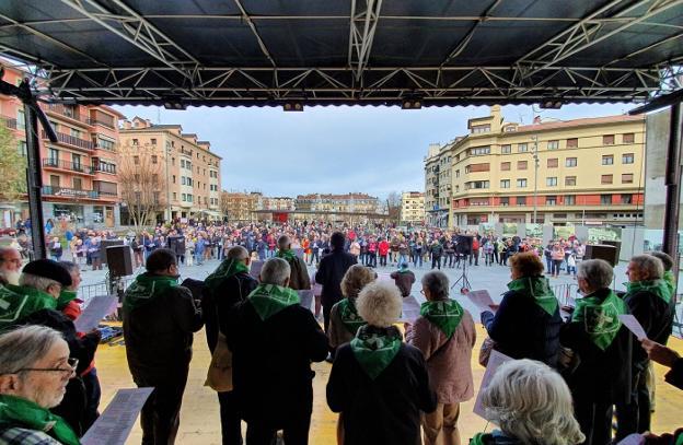 Canciones. Papel en mano, los asistentes cantaron ayer las canciones de protesta a favor de los pensionistas./