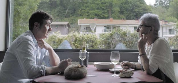 Ibon Etxezarreta y Maixabel Lasa conversan mientras comparten una comida, en una de las imágenes del documental. ./