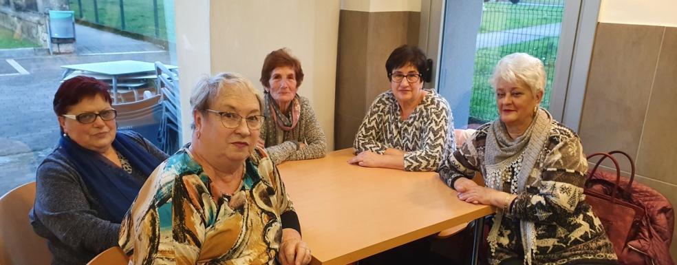 Sofía, Manoli, Rosa, Carmen y Primi en su mesa del Centro Social Iraso./