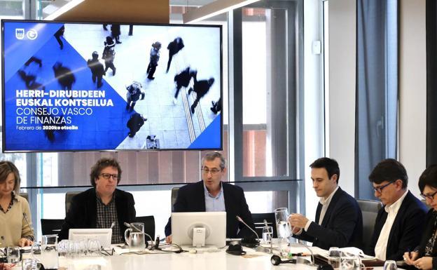 El diputado general, Markel Olano, y el diputado de Hacienda, Jabier Larrañaga, en la comisión de este viernes en las Juntas Generales. /Usoz