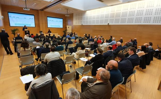 La sala de conferencias de Ficoba durante la intervención del director de ETS, Aitor Garitano. / F. DE LA HERA