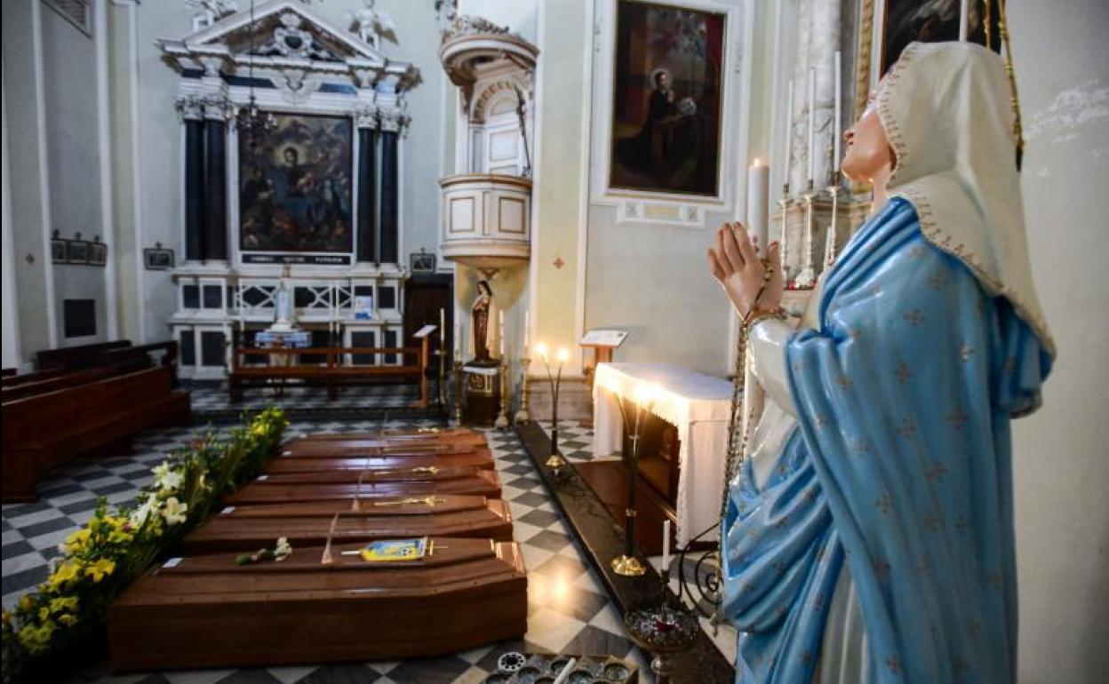 Ataúdes en una iglesia de Bérgamo (Italia)./AFP