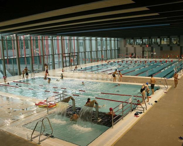 Imagen de archivo de la piscina de Azken Portu, que como el resto de este polideportivo y el de Artaleku, está cerrada desde el 13 de marzo. / F. PORTU