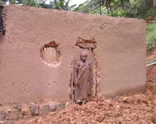 Una joven, a la puerta de lo que queda de su casa. / BEHAR BIDASOA