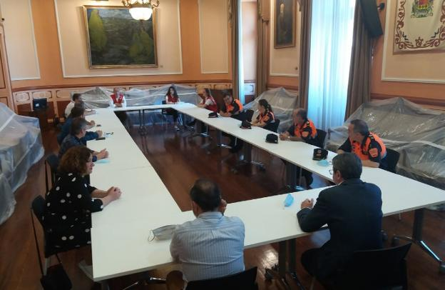 Representantes de Protección Civil y Cruz Roja, en el encuentro con el alcalde y portavoces de los grupos políticos./