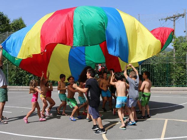 Niños y niñas se divierten en una edición anterior del programa Solas Jolas, suspendido este año. / FLOREN PORTU