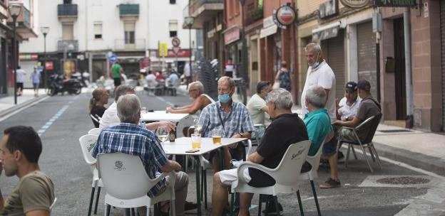 Los bares y restaurantes de la zona han podido estrenar terraza con la peatonalización en el mes de junio. / F. DE LA HERA