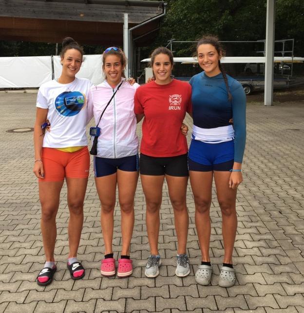 La irundarra, de rojo, con sus compañeras de selección en el Europeo./