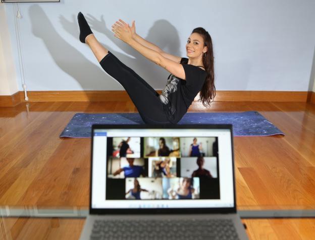 Después del confinamiento, Emilie ha montado su propio gimnasio virtual en el que sigue dando las mismas clases. / F. DE LA HERA