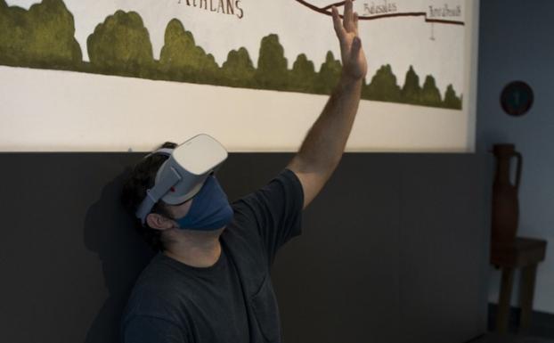 Adrián Cores visualizando el documental 'Allekoaitzeko Kobaundie'./