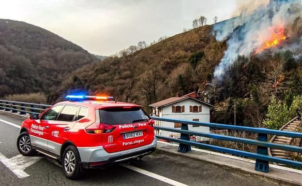 Aitor Andueza: «El fuego sigue activo y existe el riesgo de que pueda descontrolarse»