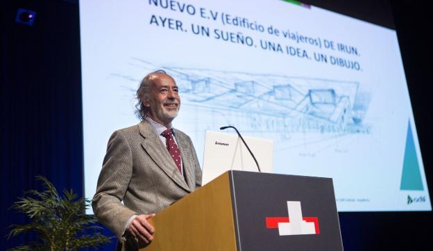 El arquitecto del Adif, Javier Dahl, durante su intervención en la Jornada del Ferrocarril celebrada esta semana en Ficoba. / F. DE LA HERA