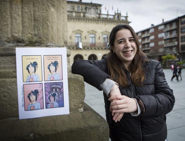 María con una de sus tiras en la que cuenta cómo le persigue el monstruo de las oposiciones. / F. DE LA HERA