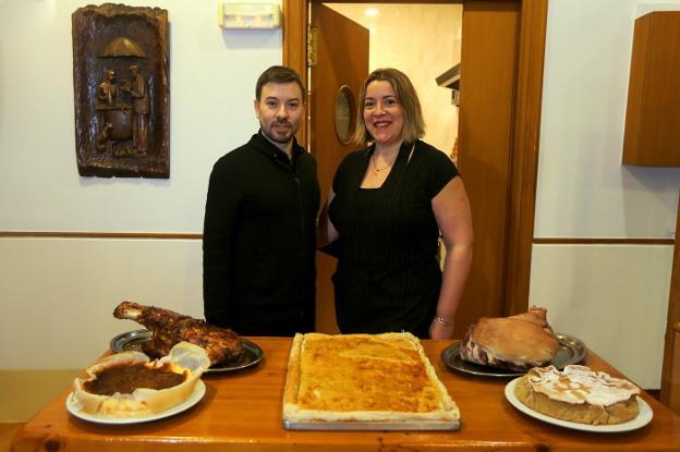 Los responsables de O 'Romeral, con algunos de los deliciosos platos que preparan en su restaurante pasaitarra.