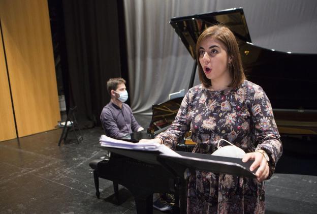 El pianista Iñaki Gezala y la soprano María Martín Campos en uno de sus ensayos en el Amaia. / F. DE LA HERA