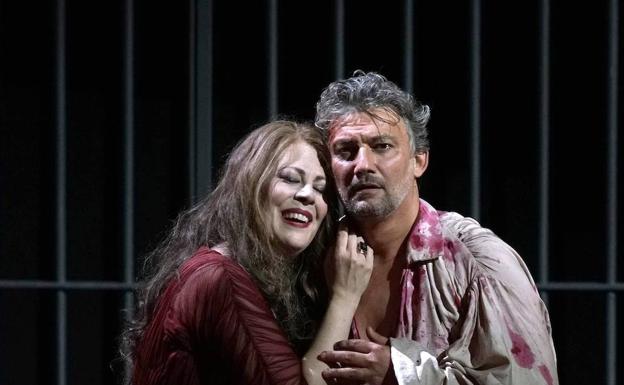 La soprano Sondra Radvanovsky y el tenor Jonas Kaufmann, durante su actuación en 'Tosca'. /Javier del Real