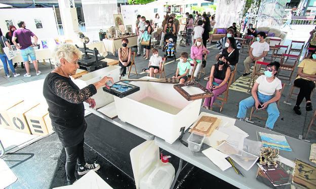 Los talleres y el mercado de arte, al fondo, atrajeron numeroso público ayer a Kontenporanea. / F. DE LA HERA
