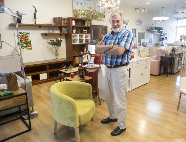 Luis Laguardia permanecerá todavía dos semanas en la Amuebladora de Gros, tiempo en el que seguirá despidiéndose de sus clientes. / DE LA HERA