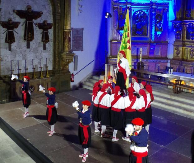 La ezpata dantza de Loinaz en la Parroquia.