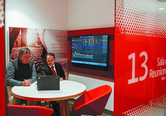 El banco santander integra el mundo digital en su nueva for Oficinas banco santander en gijon